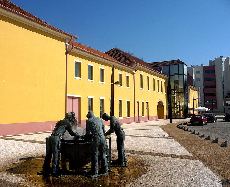 Museu-da-Chapelaria-_Monumento-Unhas-Negras
